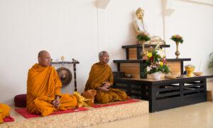 A Tiszteletreméltó Ajahn Bunmee a Wat Pa Sathatawai kolostor főapátja tartott dharmabeszédet Főiskolánkon a tudatosság négy alapjáról.